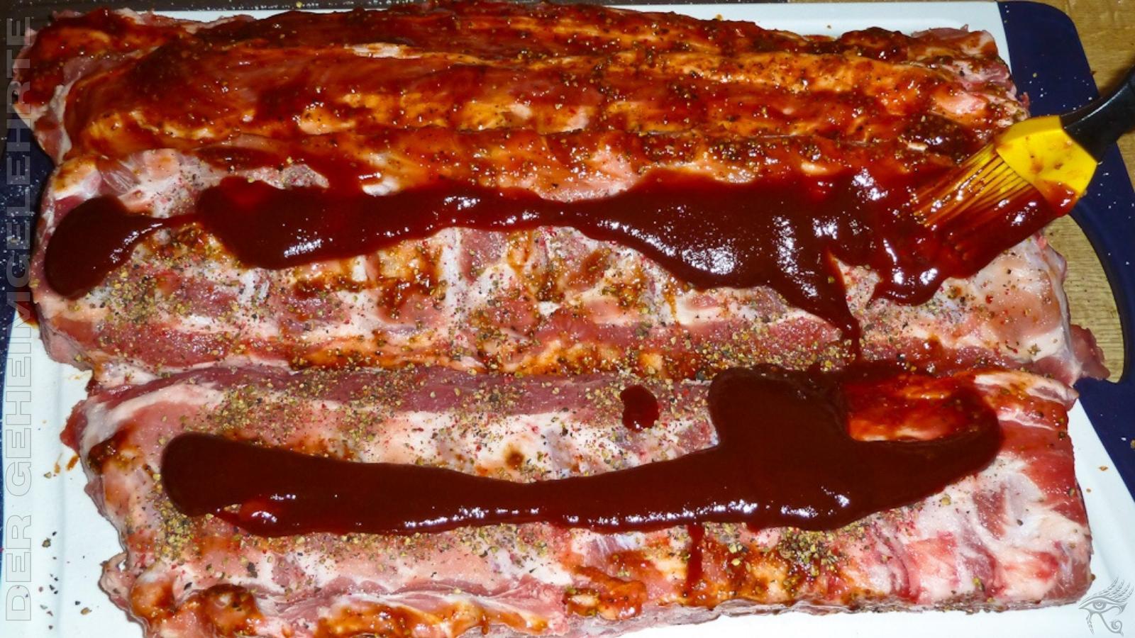 Spareribs werden mit Barbecue-Soße bepinselt