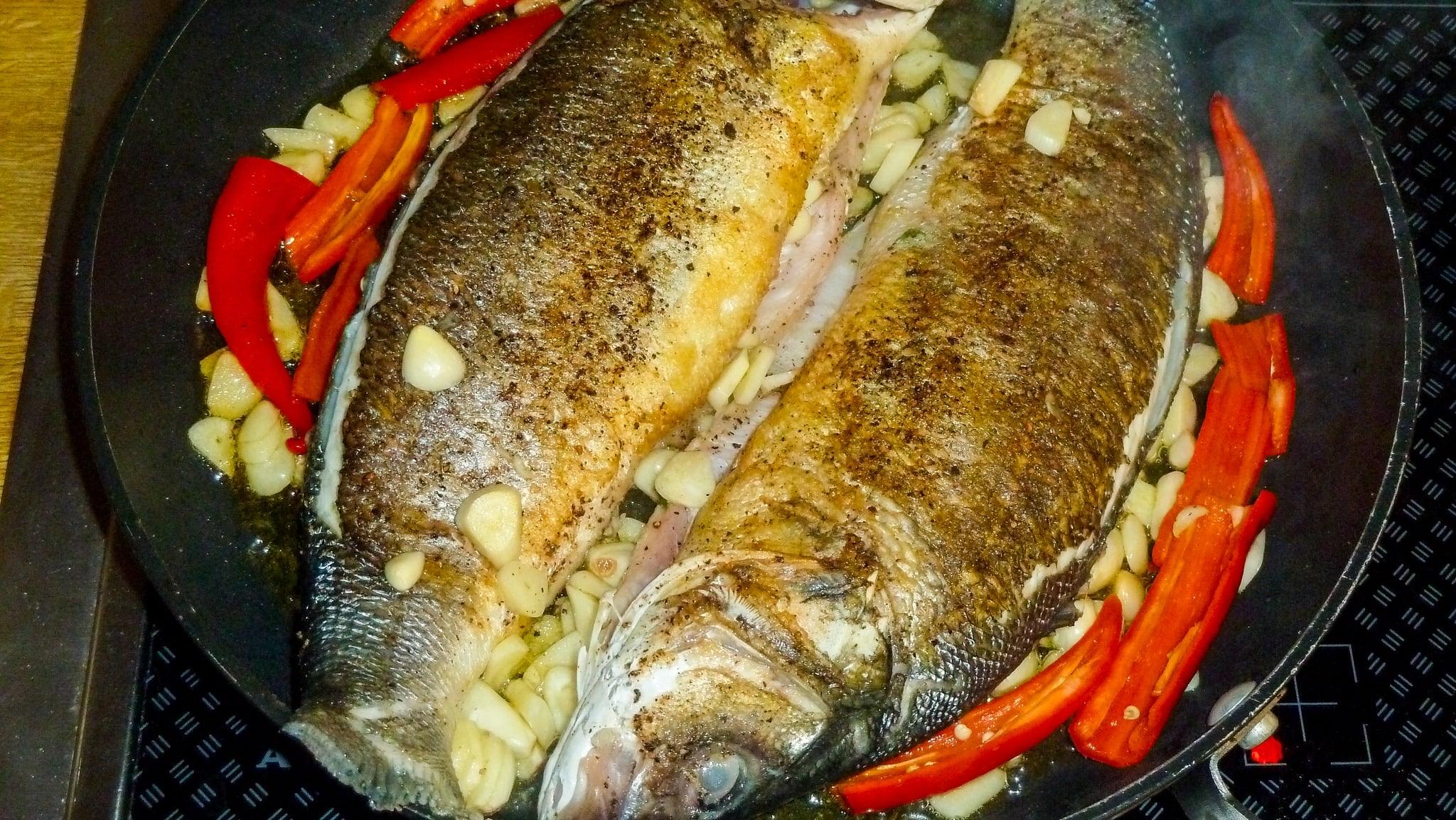 Pfanne mit Fischen, Chili und Knoblauch
